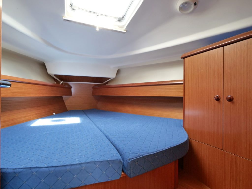 Jeanneau Sun Odyssey 37 forward cabin