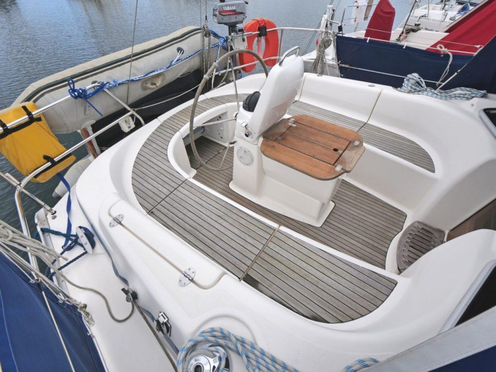 Bavaria 37 Cruiser cockpit